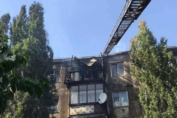 Горящую крышу многоэтажки в Новой Каховке потушили
