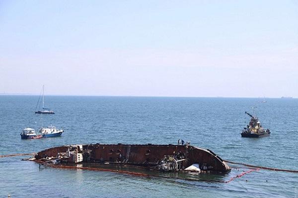 В Одессе из танкера снова вытекли нефтепродукты