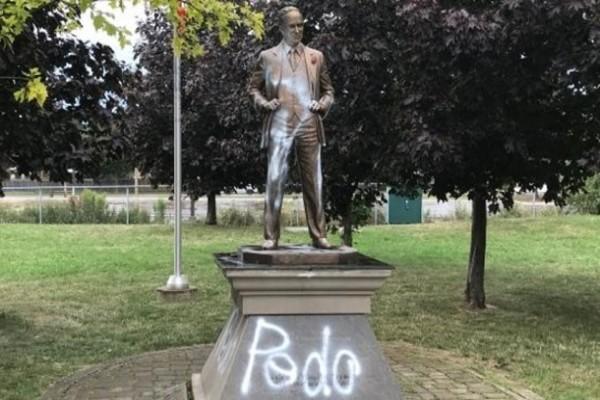 Памятник экс-премьеру Канады Трюдо снова осквернили