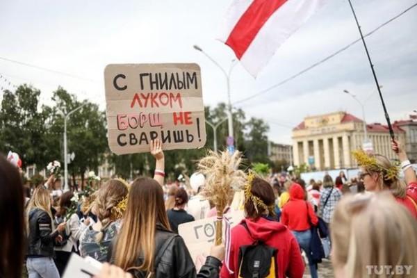 В Минске тысячи женщин вышли на марш солидарности
