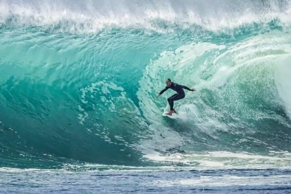 Тонущий серфер выжил благодаря «странному решению»