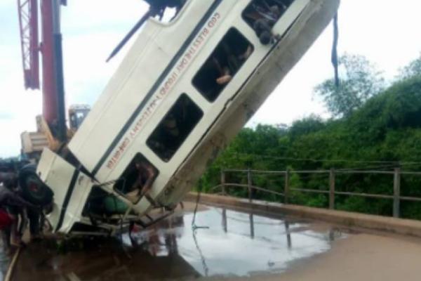 В Нигерии автобус упал в реку, 14 жертв — СМИ