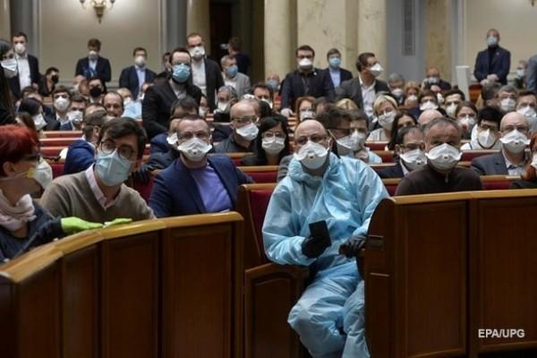В Раде рассказали, сколько тратят на санитайзеры и маски для лица