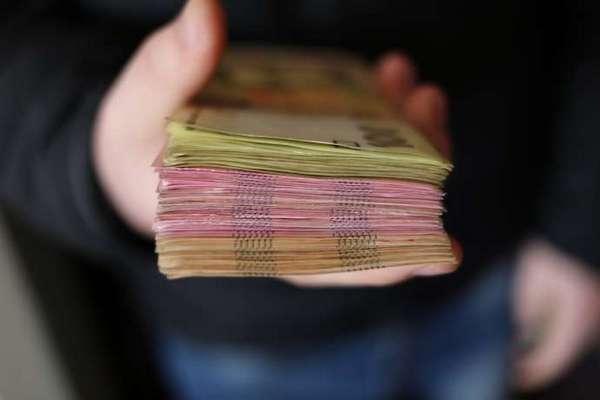 Пенсии украинцев уходят за границу: ПФУ перевел 3 миллиона евро