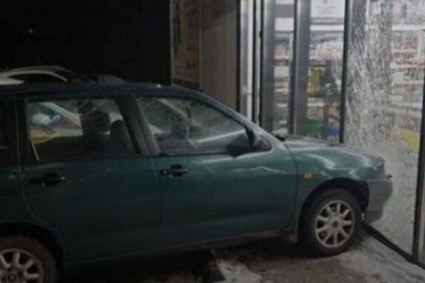 В Польше пьяный украинец за рулем влетел в витрину магазина