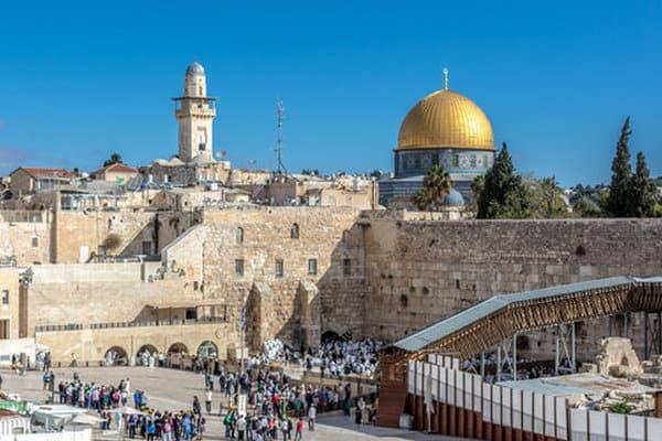 В Израиле открыли гостиницы, тренажерные залы и бассейны. Но только для вакцинированных
