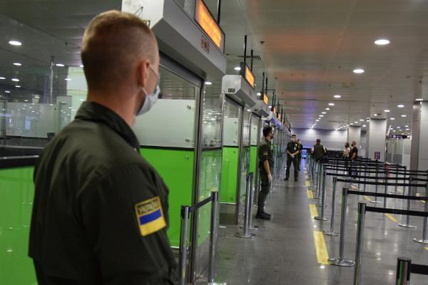 Кабмин ввел обязательный ПЦР-тест на коронавирус для въезда иностранцев в Украину