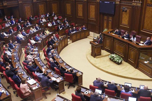 Парламент Армении отменил военное положение, действовавшее почти полгода