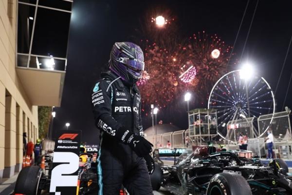 Хэмилтон выиграл яркую гонку Гран-при Бахрейна