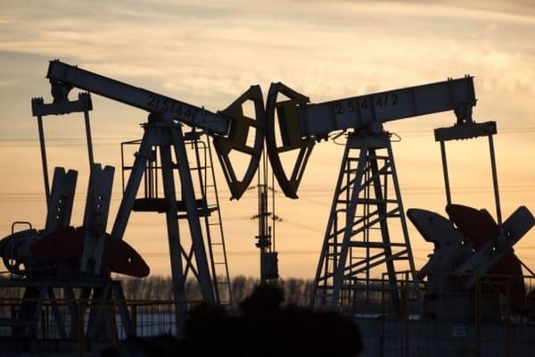 Нефть дешевеет из-за новой волны COVID-19