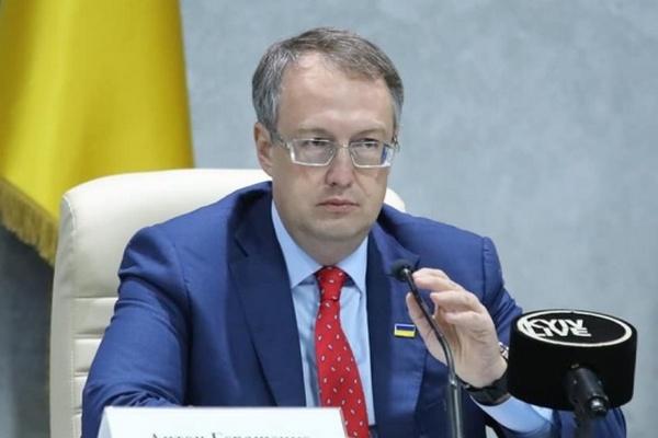 Геращенко показал, как вчера били стекла на Банковой