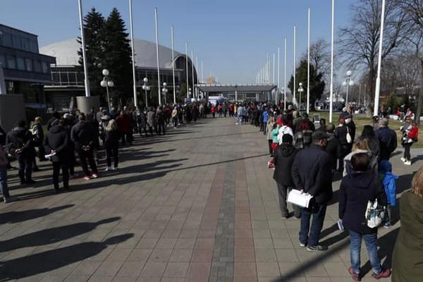 В Сербии огромные очереди из иностранцев, приехавших на вакцинацию