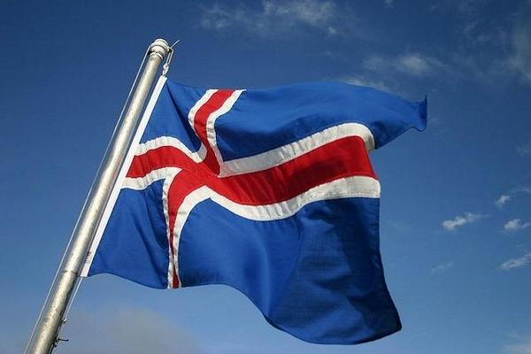 Исландия, разрешившая въезд вакцинированным, изменила правила