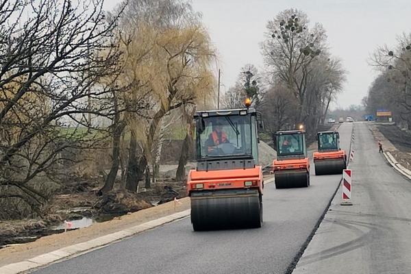 Дорожники начали укладку финишного слоя покрытия на участке дороги М-12 в Черкасской области — части трассы М-30