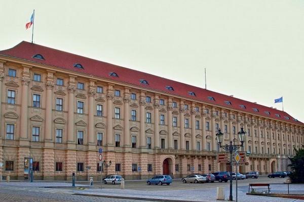 Чехия требует от РФ до конца мая сократить штат посольства
