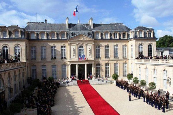 В Париже мужчина с горящей бутылкой пытался пробраться в Елисейский дворец