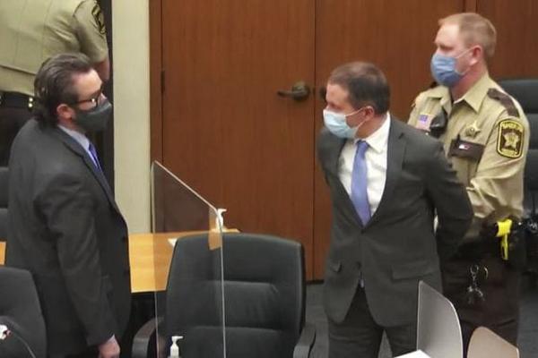 Убийство Флойда: признанный виновным полицейский хочет повторного суда
