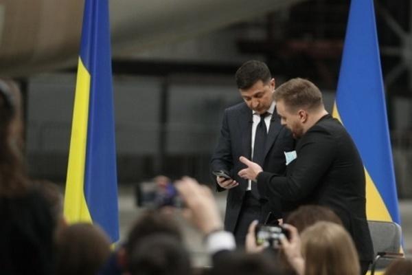 Зеленский показал журналисту свою переписку с Дугарь