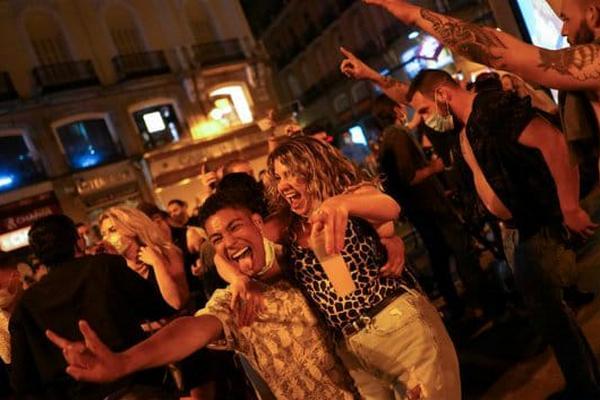 Испанцы отметили первую ночь без COVID-ограничений массовыми гуляниями на улицах