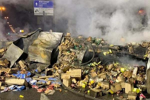 Под Киевом в ДТП с грузовиком погибли 3 человека: 2 машины сгорели