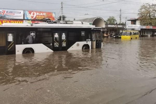 В оккупированном Симферополе чрезвычайная ситуация: город залило водой