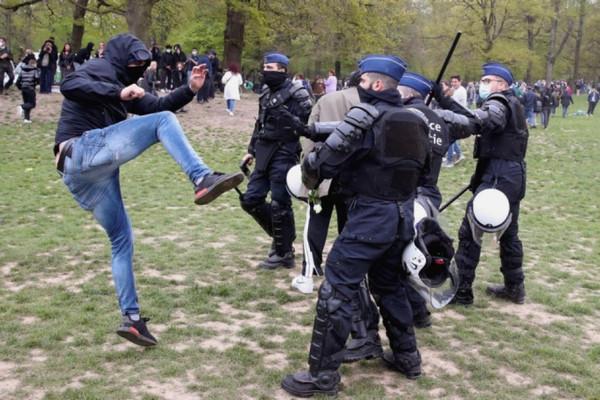 «Антиковидний» фестиваль в Брюсселе — задержаны 132 человека, десятки пострадавших