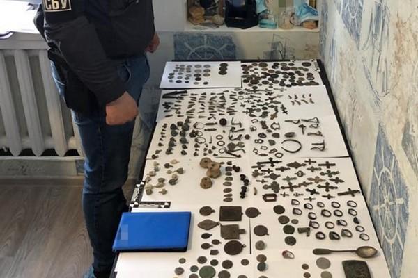 СБУ разоблачила контрабандистов, которые хотели вывезти артефакты периода Киевской Руси