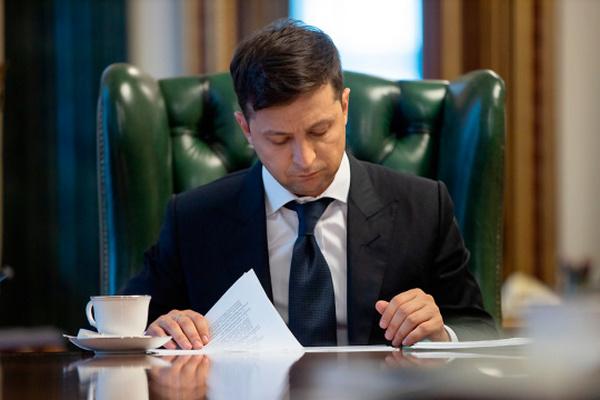 Зеленский наградил двух авторов текста Конституции