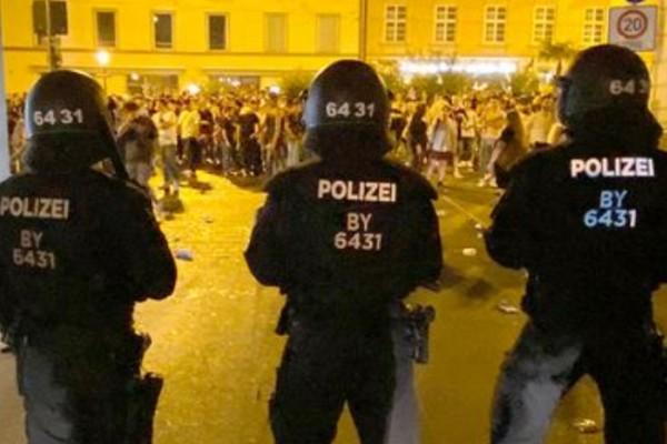 В двух городах Германии полиция разогнала массовые вечеринки с участием тысяч людей
