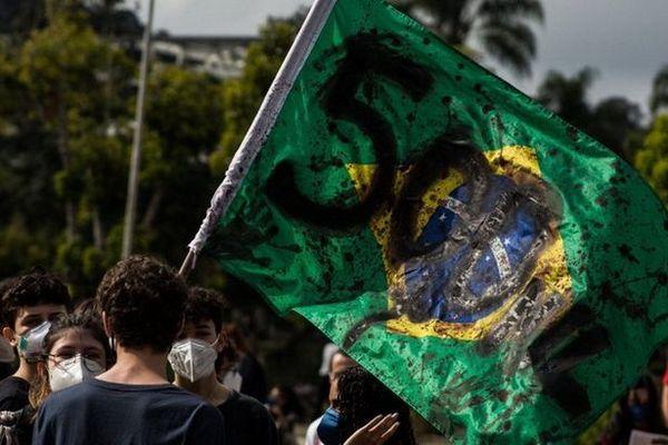 В Бразилии тысячи людей вышли на улицы: требуют от президента вакцин и критикуют за смерти