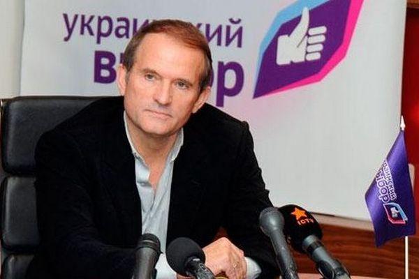 Против двух соратников Медведчука празрешили заочное расследование