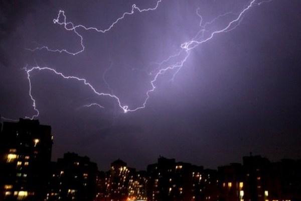 Шквальный ветер и грозы оставили без света более сотни населенных пунктов
