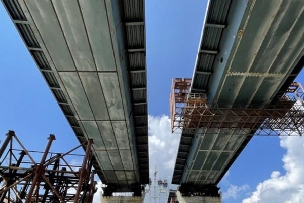В Запорожье соединили пилон вантового моста с левым берегом Днепра
