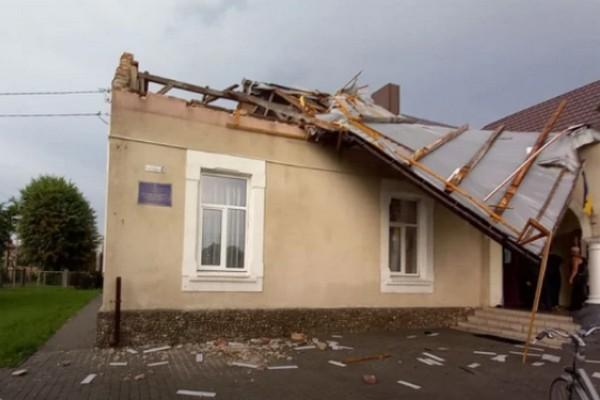 На Львовщине после удара молнии горел дом, ветер снес крышу школы