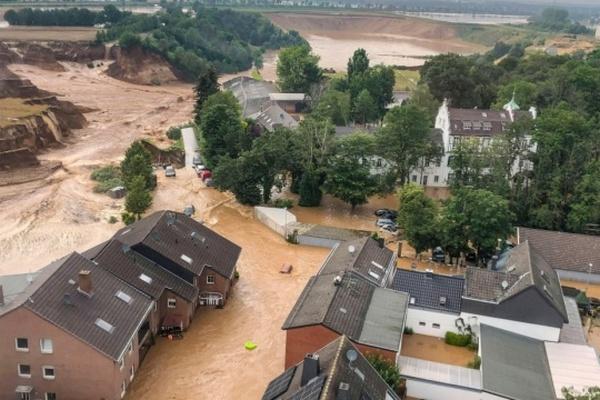 В Польше вышла из берегов река и затопила трассу на Закопане