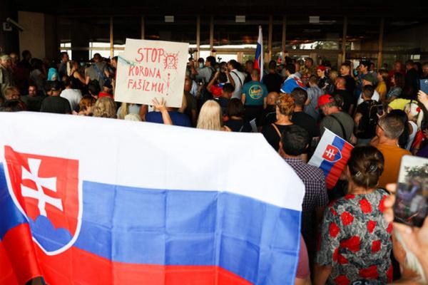 В Словакии противники вакцинации пытались штурмовать парламент