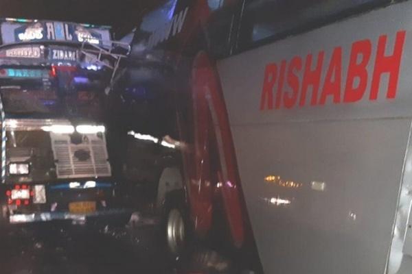 В Индии столкнулись грузовик и автобус — 18 погибших