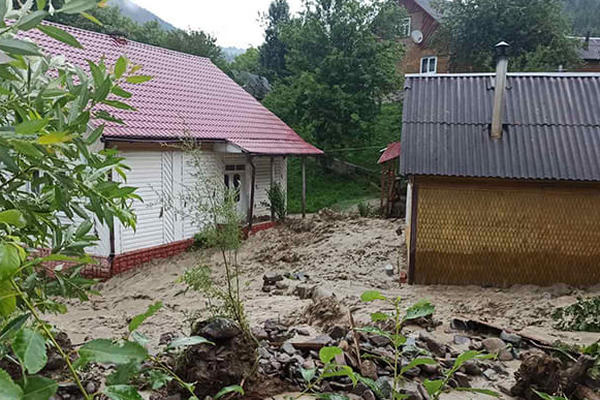 На Закарпатье затопило дома, на Прикарпатье люди оказались в ловушке на реке