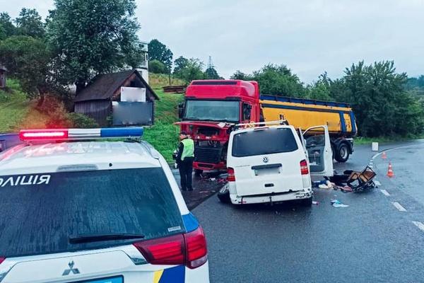 На Прикарпатье микроавтобус столкнулся с грузовиком, 8 человек госпитализированы