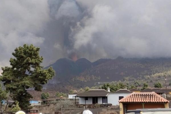 На Канарах усилилось извержение вулкана — закрыли аэропорт